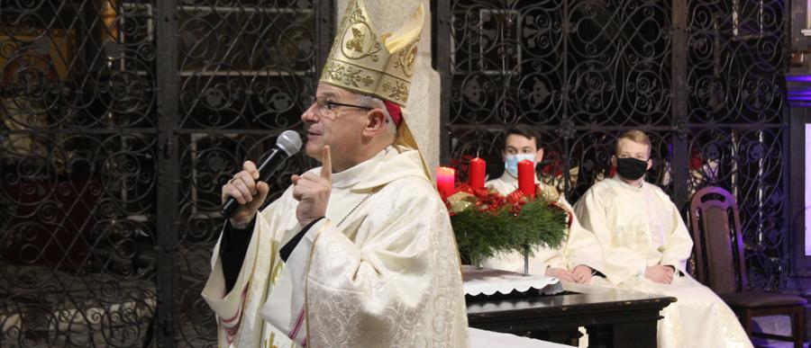 Biskup prowadził Roraty dla dzieci